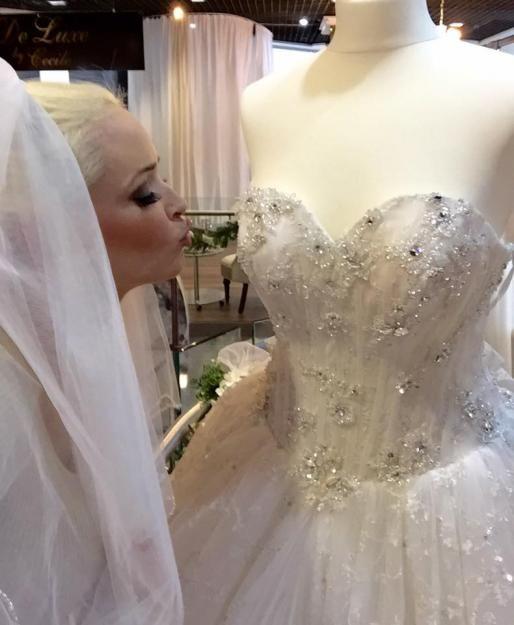 Verliebt in das Brautkleid: Daniela Katzenberger bummelt für ihre anstehende Hochzeit.