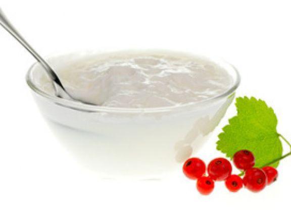 Aus Ernährungsaspekten betrachtet ist Joghurt dank Calcium, hochwertigem Eiweiß, Milchsäure und guten Bakterienkulturen deutlich besser als Schokolade oder Eis.