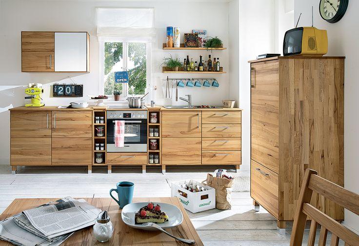"""Ein Kühlschrankmodul von """"Culinara"""" vervollständigt die Küche, denn hier findet ein Einbaukühlschrank seinen Platz. Die massive Holzfront verbreitet Wärme im gesamten Raum und bietet durch eine integrierte Schublade zusätzlichen Stauraum."""