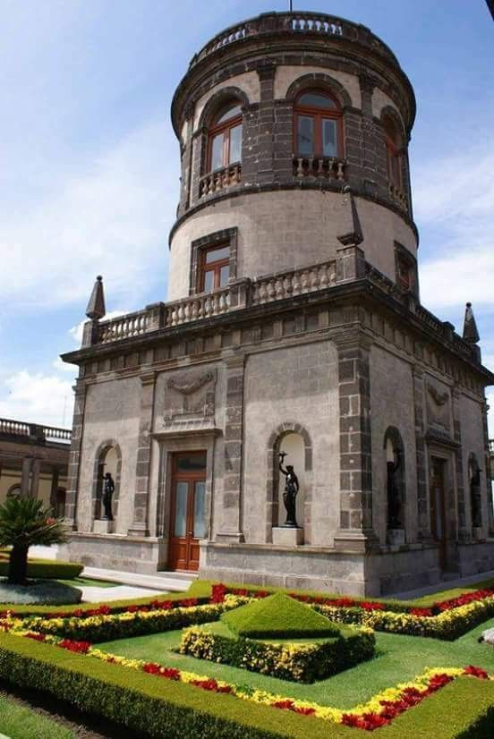 """Torre del Castillo de Chapultepec. El Castillo es una construcción palaciega en el centro del Bosque de Chapultepec, situado en la Ciudad de México, a 2325 metros sobre el nivel del mar. Fue construido por el virrey Bernardo de Gálvez y Madrid sobre el cerro del Chapulín. Chapultepec es de origen náhuatl: """"chapulli"""", saltamontes, y """"tepetl"""", cerro. Chapultepetl, o """"cerro de saltamontes"""" o """"cerro del chapulín""""."""