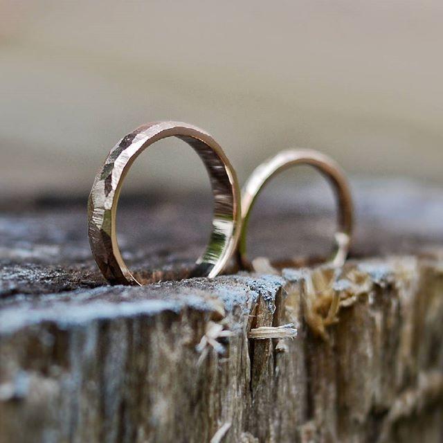 """Обручальные кольца """"Грани""""  #unison_грани  С фактурной поверхностью. Такая небрежная, словно носили их уже 5 лет.  Мужское кольцо шириной 4,5 мм, а толщина у него 2 мм.  Такое оно увесистое получается.  Женское 3 мм. Более женственное, игривое   В серебре стоимость 12 тыс.  В золоте расчет индивидуальный и зависит от размеров   Все способы связи в Био ☝  #обручальныекольца #необычныеоьручальныекольца #вашличныйювелир #токаревстанислав #unisonjewellery #unisonjewellery_обручальные"""