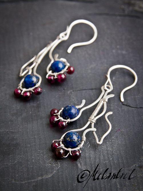 Divoké květy květiny, tak trochu abstraktní, pohádkové, lahodných barev z lapisu lazuli a granátu... náušnice délky 5,5cm, Ag 925/1000, značeno výrobní a ryzostní značkou