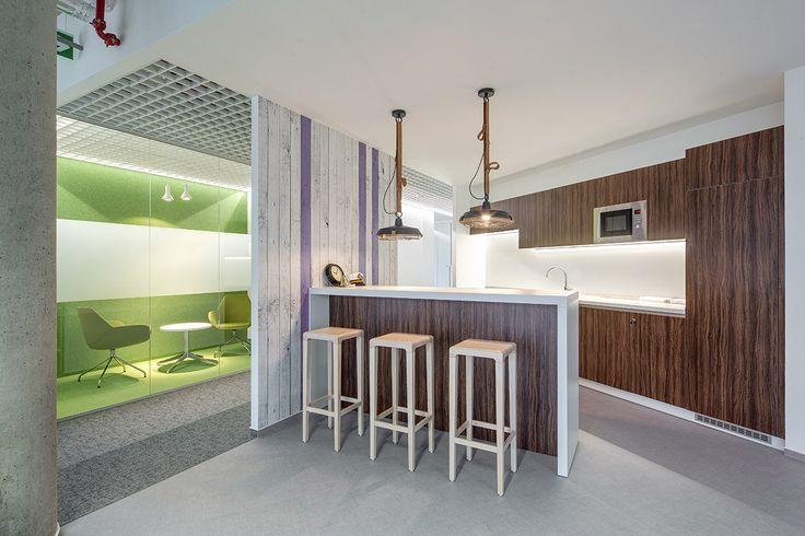 Kuchyňská linka pro open office. Kombinace dřevo dekoru a bílé. Technické osvětlení. Realizace ARBYD.