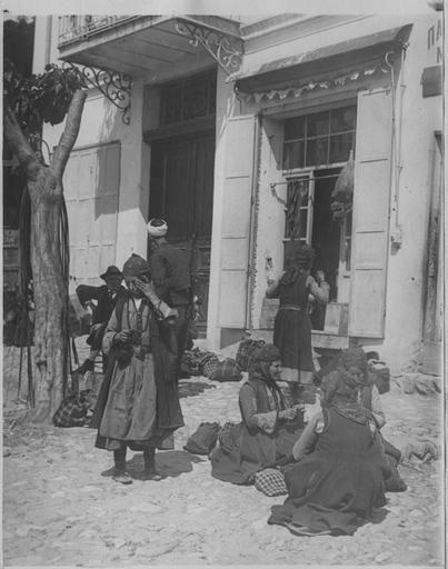 Opérateur K (code armée, photographe) Grèce ; Macédoine centrale ; Kilkis ; Gumendzé (anciennement) ; Goumenissa (actuellement). Le 45ème régiment de cavalerie du général Frotiée dans le secteur de Goumenissa - Izvor (mai 1916). Femmes valaques tricotant