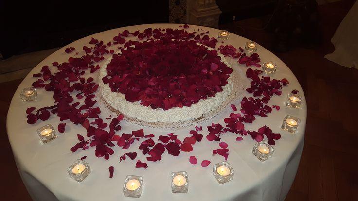 E cosa c'è di più romantico di una torta nuziale ricoperta di petali di rose rosse?