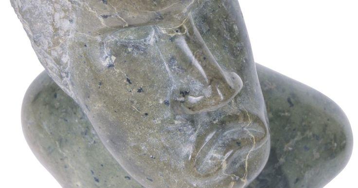 Vantagens e desvantangens de bancadas feitas com pedra-sabão. A pedra-sabão é uma pedra densa e macia composta pelos seguintes minerais: talco, clorita e magnetita. O talco confere à pedra-sabão sua textura macia, escorregadia, que deu origem ao seu nome. Por ser durável, apresentar uma rica gama de cores e ser maleável, a pedra-sabão é frequentemente usada como uma alternativa ao mármore ou ao granito em ...