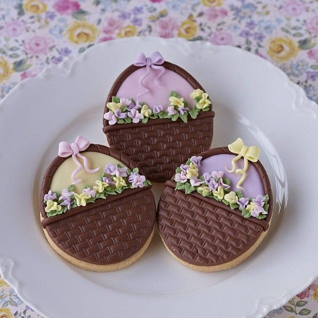 Happy Easter everyone! Lovely biscuits Nivia x