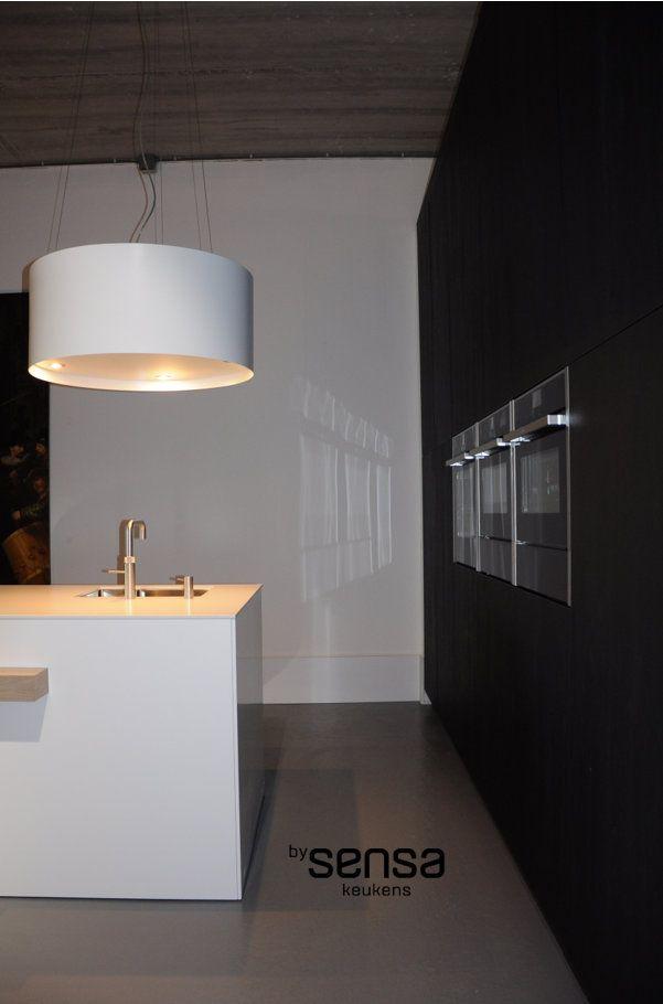 zwarte kastenwand I wit keukeneiland I gietvloer in de keuken I Neff I strakke moderne keuken I www.bysensa.nl