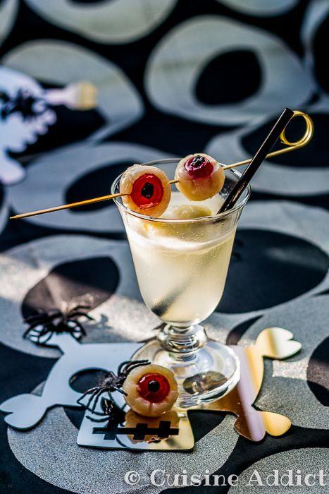 Aujourd'hui je vous propose deux idées parfaites pour un apéritif d'Halloween, pour petits et grands: un cocktail sans alcool au citron, mousseux comme une potion de sorcière et des brochettes d'yeux de zombie délicieusement répugnantes ^^Le plus, c'est qu'il n'y a vraiment pas grand chose à faire, aucune cuisson, juste un peu d'assemblage que les petites mains pourront s'amuser à réaliser ;) J'ai glané l'idée des yeux en litchis lors d'une discussion avec Rose & Cook lorsque nous sommes…