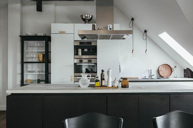 Linee pulite e contemporanee per una cucina in bianco e nero #mansarda