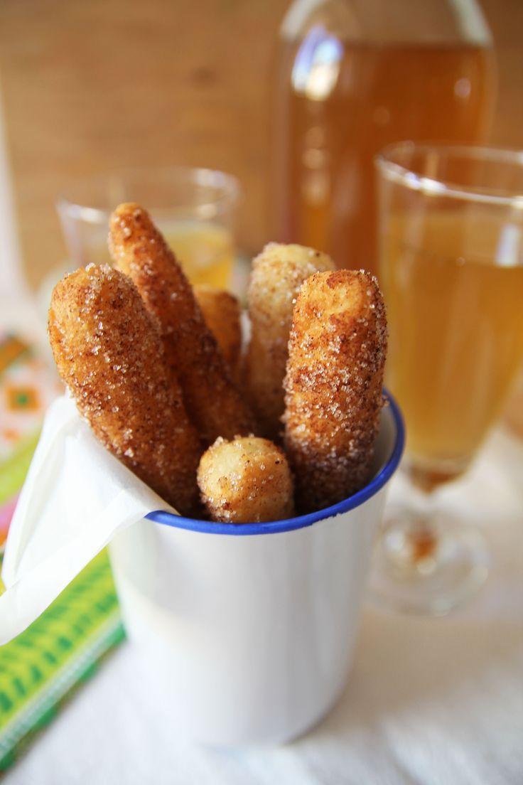Espanjalaiset churrot ovat uppopaistettuja munkkitankoja. Nämä rapeat leivonnaiset pyöritetään kaneli-sokeriseoksessa ja tarjotaan usein suklaakastikkeen kanssa.