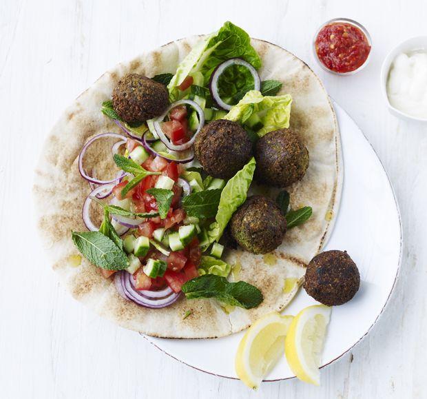 Falafelkugler med salat og fladbrød