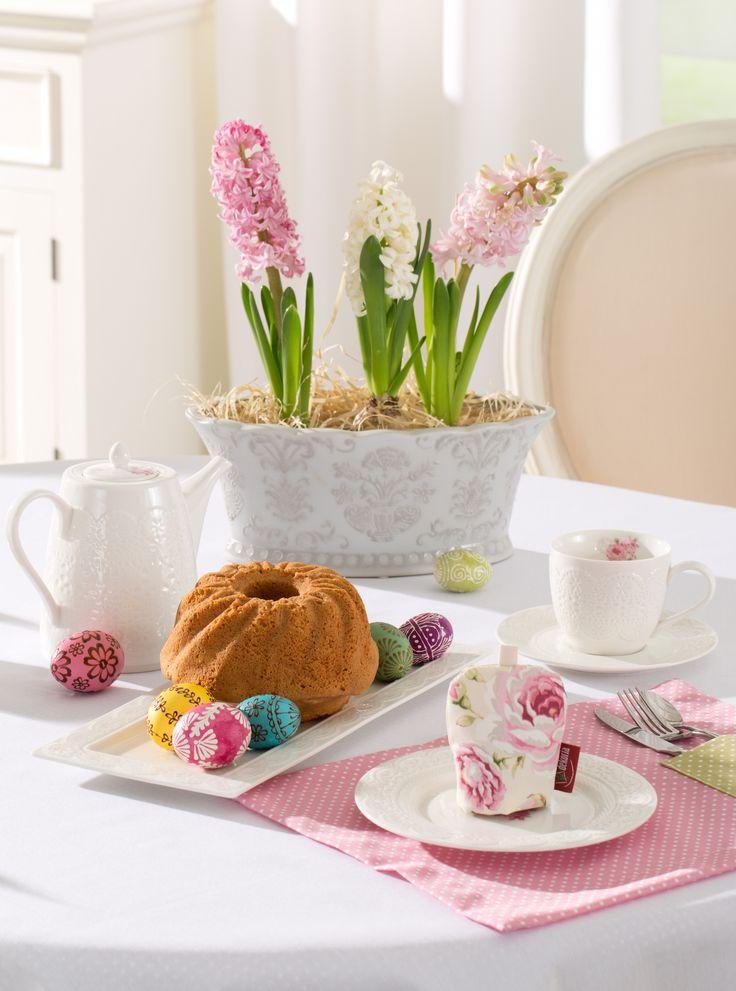 Stroik Wielkanocny na święta 2017 - dekoracja stołu z babką piaskową i kwiatami #róż #weranda #kwiaty #babka #ciasto #wielkanocne #święta #Wielkanoc #trendy #2017 #pomysły #inspiracje #zdjęcia #galeria #różowa #pastelowe #ozdoby #dekorowanie #DIY #stylizacja #goście #doniczka #stołowa