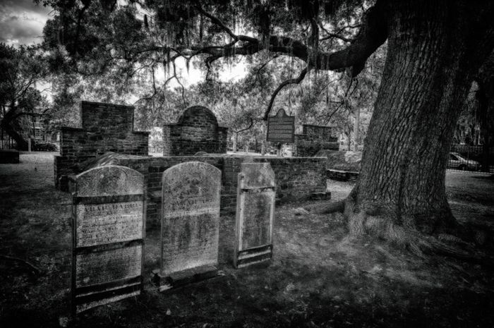 Take a tour around the Haunted Colonial Park Cemetery in Savannah
