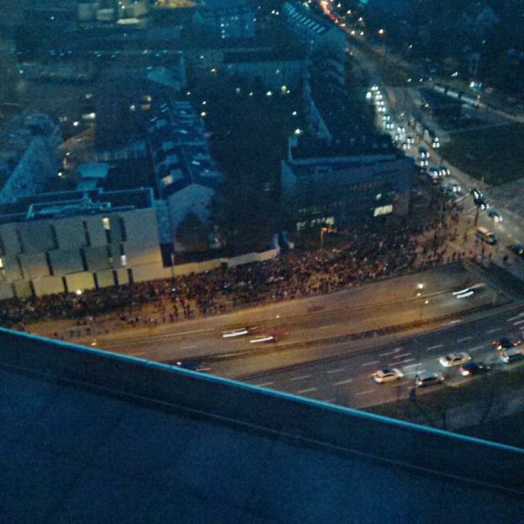 "Impressive and touching. Civism and Democracy. Romanians gathered in Munchen to excercise their right to vote. (Foto: Facebook/ Madalina Rosca) ""Coada nu intra in nici o fotografie. Se intinde inca o data pe-atat. Cativa oameni obositi si inghetati au plecat, dar altii inca vin. Se striga ""Vrem sa votam!"" (Madalina Rosca)"