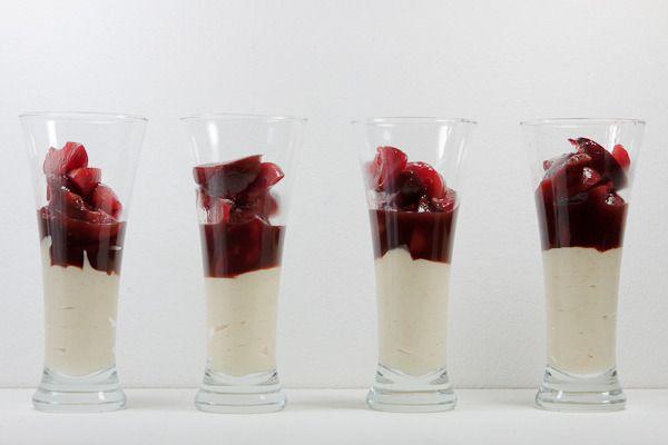 Zwetschgenragout mit Mandelmousse nach Roland Trettl.   Rezept: http://www.highfoodality.com/rezepte/desserts-und-suessspeisen/zwetschgenragout-mit-mandelmousse/