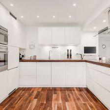 biała kuchnia skandynawska  w układzie podkowy