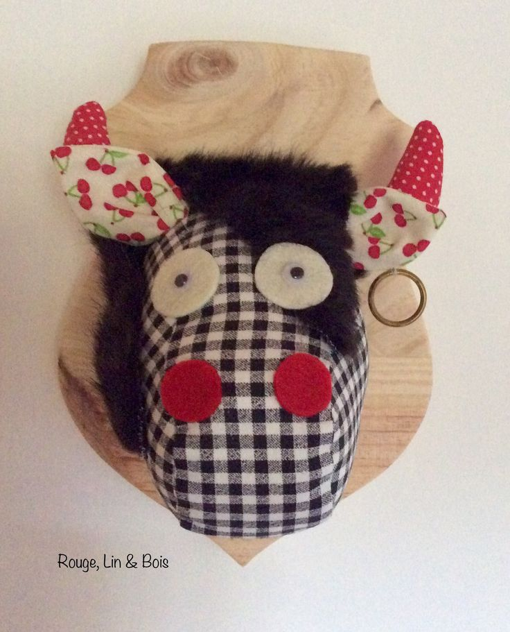 Trophée tête de vache décoration murale en coton rouge à pois blancs cornes  coton écru à petites cerises et oreilles