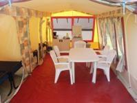 Het interieur van de ruime Eurosporvac bungalowtent. De tent heeft een oppervlakte van ruim 25m2!