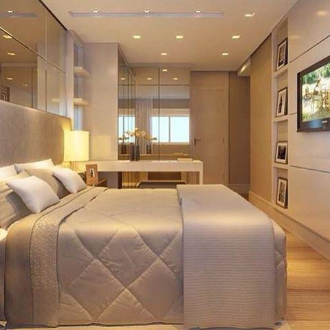 Quarto do casal, cabeceira estofada espelhos superiores que ampliam o ambiente e armário de canto ...