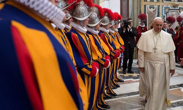 Zwei Journalisten beschreiben Verschwendung und Misswirtschaft im Vatikan – und müssen sich nun wegen der Veröffentlichung vertraulicher Dokumente vor der Justiz des Kirchenstaats verantworte…