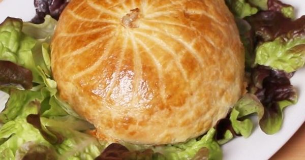 Voici la recette simplissime du camembert en croute, une recette spéciale pour les grands amoureux du fromage ! Cette recette plaira à coup sûr à tous ceux qui considèrent que le fr...