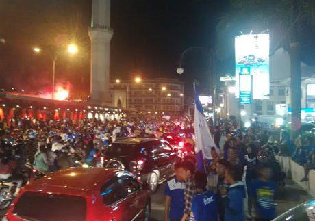 Bobotoh menyambut suka cita atas keberhasilan Persib menjuarai turnamen Piala Presiden. Para suporter pun langsung menggelar pesta di kota mereka.