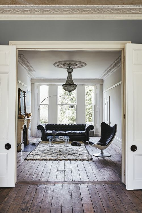 The Mix Of Antique And Modern Furniture Works So Well In This Stylish Living Room