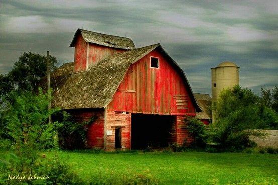 Velho celeiro vermelho e o silo.  Fotografia: Nadya Jobnson /  Boredgirl no Indulgy.