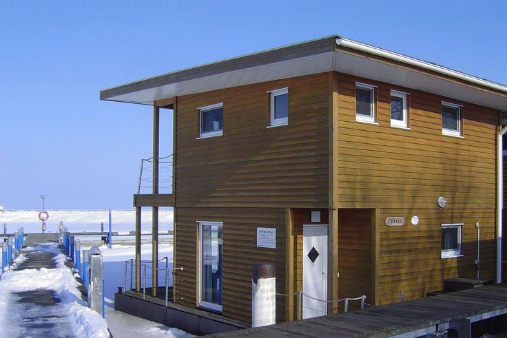 Holzhaus auf dem Wasser in Barth an der Ostsee mieten. #hausboot #ostsee #barth #rügen #ruegen #seeblick #meerblick #norden #mecklenburg #vorpommern #ferienwohnung #traumferienhaus #haus #holz #amwasser #mieten  #houseboats #design #kaufen #wohnen #reisen #ferienhaus #wasser #floating #house #home #schwimmhaus