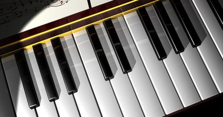 Cómo tocar canciones en un pequeño teclado. Tocar canciones en un pequeño teclado es una habilidad que puede entretener a tus amigos y a ti mismo durante años. Muchos teclados pequeños tienen un mínimo de diseños y una capacidad limitada para cambiar el tono de las notas; sin embargo, los fundamentos de la teoría musical pueden ayudarte a crear una enorme cantidad de música en el teclado. ...