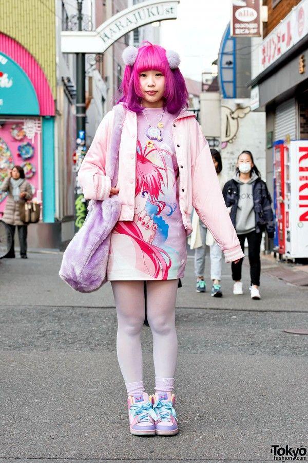 RAMBUT PINK-UNGU, DRESS GALAXXXY PAPILLON ROSE ANIME & PLUSH BAG DI HARAJUKU   ARTFORIA.COM  Berita Fashion Jepang – Nukonuko dengan mudah menarik perhatian kita di jalan di Harajuku dengan mode pastel dan gaya rambut ungu-ungu yang sangat jelas. Anda mungkin ingat saat dia memiliki rambut biru.  Nukonuko mengenakan gaun t-shirt Papillon Rose manga print dari merek Jepang Galaxxxy di bawah jaket stadion pink dari Spinns, rok WC, celana ketat, kaus kaki pastel, dan sepatu berwarna-warni…