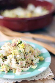 Snelle witlofsalade met tonijn: witlof, tonijn, avocado, kappertjes, ei, knoflook, tijm, olijfolie, citroensap en zeezout.