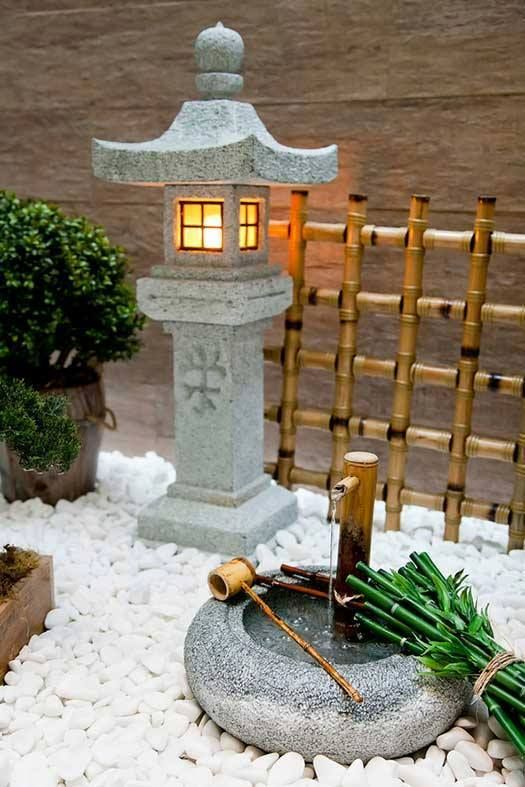 Jardim Japonês. Lanterna de Pedra tradicional Toro, esculpida na pedra sabão e fonte tsukubai. Mais em nosso site www.lanternadepedra.com.br