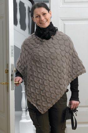 Hold varmen på den smarte måde med en dejlig poncho, der strikkes af to ens rektangler i et smukt strukturmønster