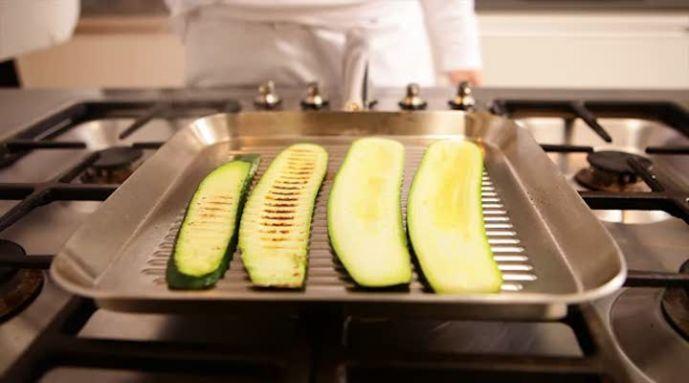 Groente grillen of groente roosteren is eenvoudig en lekker vol van smaak. Groente grillen doe je in de oven of in een grilpan. Door het grillen krijgt de groente die typische, zoete grilsmaak. Zorg je dat de pan goed heet is. Strijk de groente in met een beetje olie en gril deze vervolgens totdat hij zacht is en een geblakerd patroon heeft.