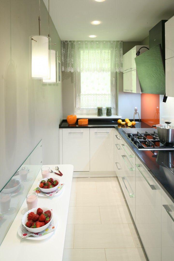 Dluga I Waska Kuchnie Dodatkowo Doswietla Swiatlo Dzienne Wpadajace Tu Przez Nieduze Okno Fo Small Kitchen Decor Kitchen Remodel Small Simple Kitchen Remodel