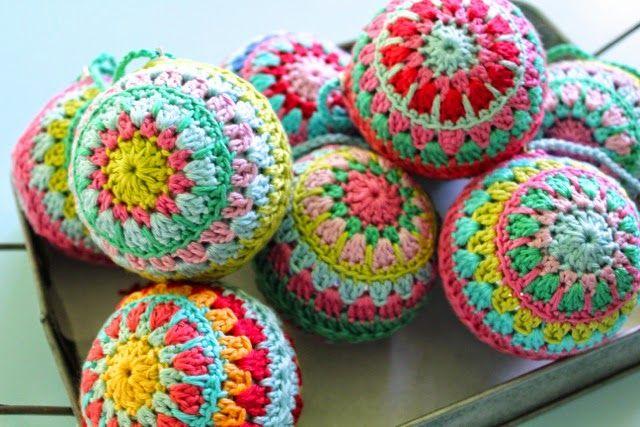 little woollie: Crochet Christmas Baubles. Love.