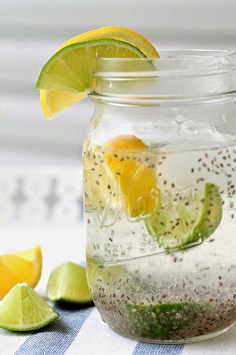 vaso de agua con semillas de chia y limón Además de ser una fuente de antioxidante por sus proteínas y vitaminas de complejo B, la chía tiene la capacidad de absorber el líquido. Su alto contenido de Omega 3 ayuda al transporte de nutrientes que mejoran el metabolismo, lo que permite eliminar las grasas y exceso de volumen corporal.
