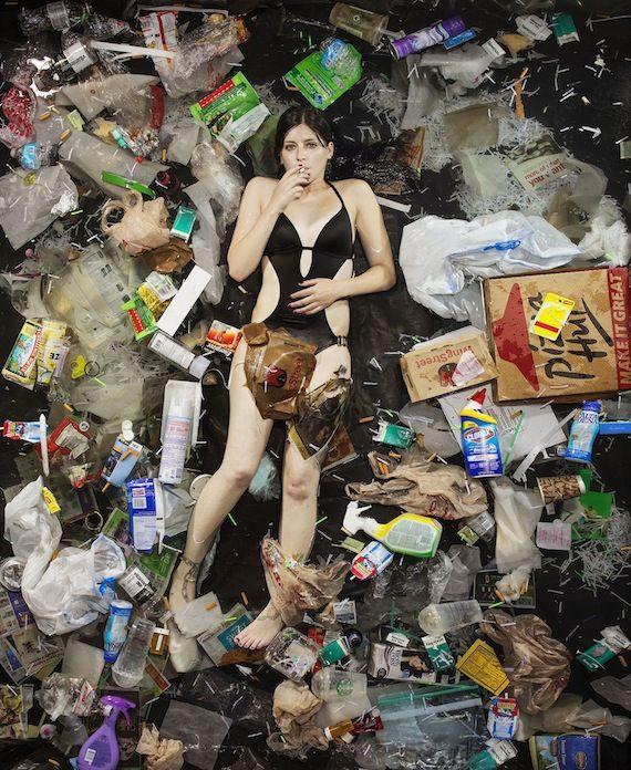 Revolcados en nuestros desperdicios: un ensayo fotográfico invita a reflexionar sobre la basura que generamos.