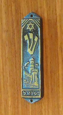 Mezuzah en el borde de la puerta...Simboliza la proteccion de la casa...