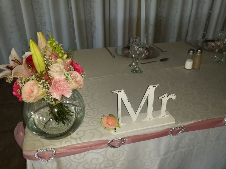 Bridal table flowers shades of pink