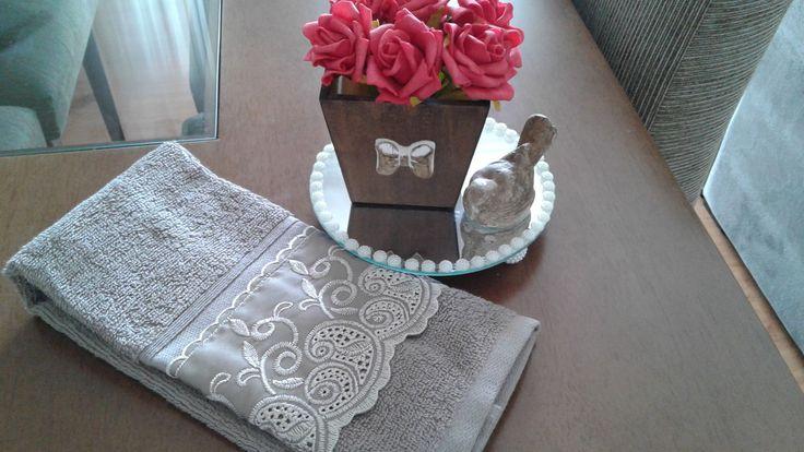 Kit para banheiro ou lavabo contendo  1 bandeja oval espelhada  1 toalha lavabo algodão egípcio  1 vaso de flores em eva  1 pássaro decorativo de resina com pintura