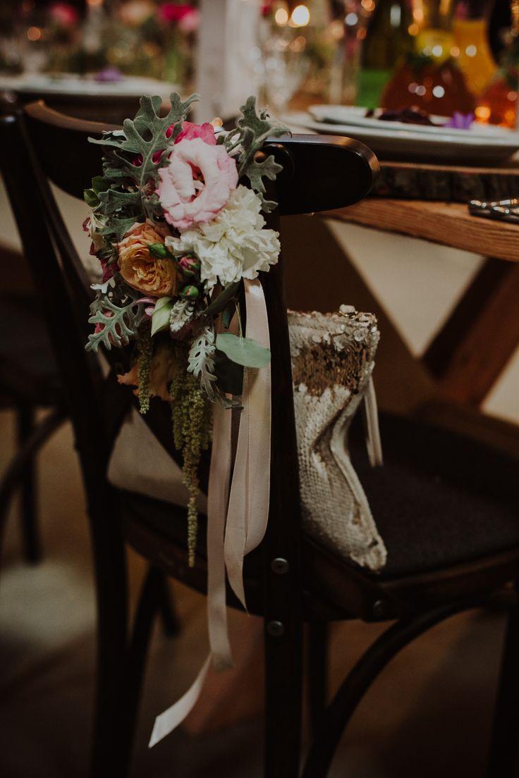 INNA Studio_ rustic wedding / flowers on a chair / fot. Ola Gruszka Fotografia