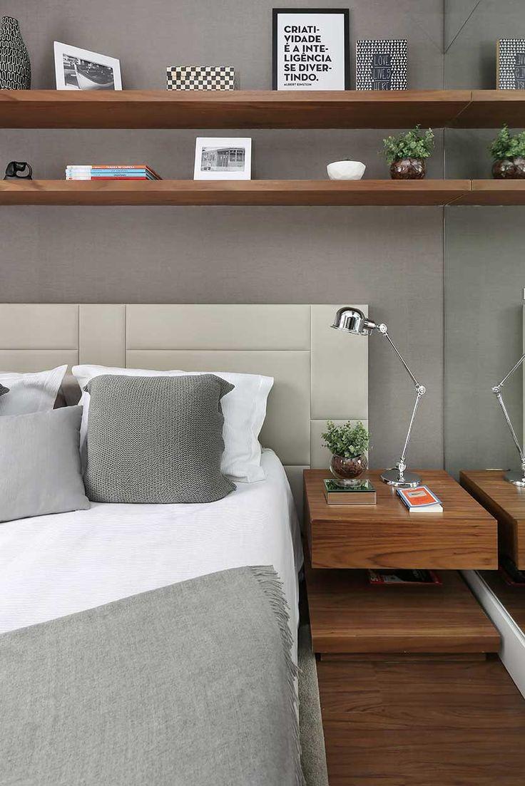 Cabeceira, cinza, madeira, prateleiras sobre a cabeceira, creme, cinza, cama arrumada.