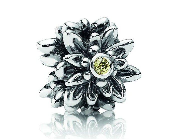 Pandora zilveren Edelweiss Bloem bedel 791176CZY. Deze bedel met bloemen is gemaakt van sterling zilver en heeft een puntig bloemenmotief. Om de bedel nog meer kleur te geven, zit er een mooie gele zirkonia in het midden van elke bloem. Deze bedel is het hele jaar mooi!