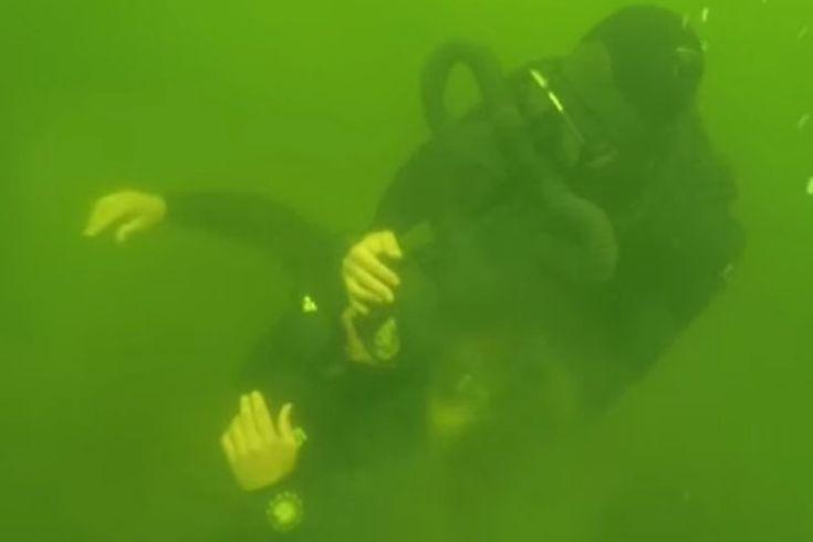 Рукопашный бой десантников под водой https://mensby.com/video/entertainment/7280-dogfight-paratroopers-under-water  В ходе тренировки бойцы соединений ВДВ провели разведку, поиск мин, а также рукопашную схватку с условным противником. Кадры рукопашного боя десантников под водой.