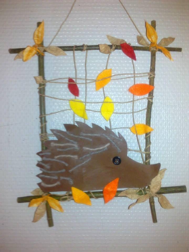 Leuk: knutselen thuis in de herfst. Egel van de jongste in een creatie van de oudste. Kunst!