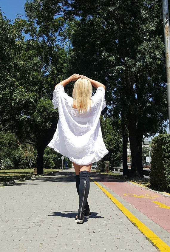 Bella tunica bianca confortevole. Alla moda Oversize Kaftan sciolto... Si può indossare tutto il giorno... Unica taglia (S, M, L... XXXL) Tessuto lino  ********************************   TAGLIA XS (US 2, UK 6, 36 Italiano, francese 34 32, Giappone 3) busto: misura busto circa 85cm/33,5  Vita: si inserisce la vita intorno 26/ 66cm Fianchi: misura fianchi intorno 36/ 91cm Per altezza: 53 / 160cm intorno  TAGLIA S (US 6, UK 10, 40 Italiano, francese 38 36, Giappone 7) busto: ...