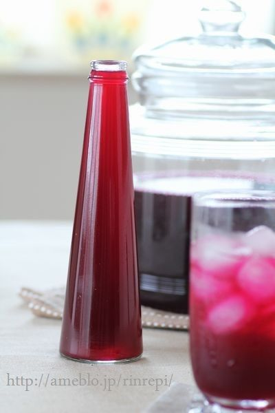 赤紫蘇を煮だしたエキスにりんご酢を加えてさっぱり、しそジュース。